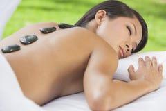 Masaje de relajación del tratamiento de la piedra del balneario de la salud de la mujer Imágenes de archivo libres de regalías