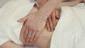 Masaje del abdomen femenino almacen de metraje de vídeo