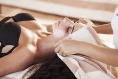 Masaje del balneario para la mujer Terapeuta Massaging Female Body con Arom Foto de archivo libre de regalías