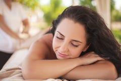 Masaje del balneario para la mujer Terapeuta Massaging Female Body con Arom Fotografía de archivo libre de regalías