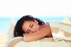 Masaje del balneario para la mujer Terapeuta Massaging Female Body con Arom foto de archivo