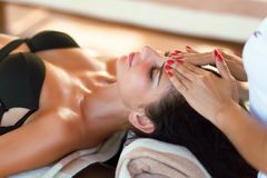 Masaje del balneario para la mujer Terapeuta Massaging Female Body con Arom imagen de archivo