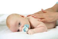 Masaje del bebé Imagenes de archivo