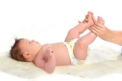 Masaje del bebé. Pies Imagenes de archivo