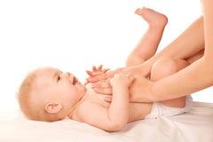 Masaje del bebé. Foto de archivo