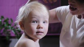 Masaje del beb? La madre o el terapeuta hace masaje del pie a su beb? en casa Concepto de la atenci?n sanitaria y de la medicina  almacen de video