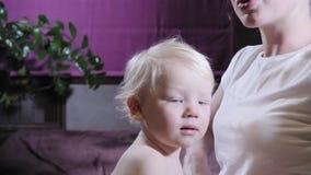 Masaje del beb? La madre o el terapeuta hace masaje del pie a su beb? en casa Concepto de la atenci?n sanitaria y de la medicina  almacen de metraje de vídeo