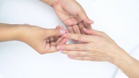 Masaje del clavo con aceite de condicionamiento de la cartilla Tratamiento de la mano y del clavo para la piel sana Uña del masaj almacen de metraje de vídeo