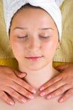 Masaje del cuello de la mujer joven en el salón del balneario Foto de archivo