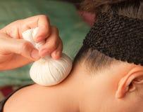 Masaje del cuello de Reflexology por la bola-hierba Imagen de archivo
