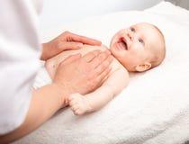 Masaje del pecho del bebé fotos de archivo libres de regalías