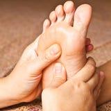 Masaje del pie imagenes de archivo