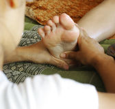 Masaje del pie, concepto del Reflexology Imágenes de archivo libres de regalías