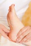 Masaje del pie de la relajación Fotos de archivo libres de regalías