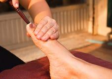 Masaje del pie de Reflexology Imagenes de archivo