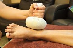 Masaje del pie de Reflexology Fotografía de archivo