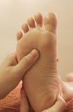 Masaje del pie de Reflexology Imágenes de archivo libres de regalías