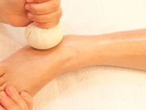 Masaje del pie de Reflexology por la hierba de la bola Imagenes de archivo