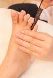 Masaje del pie de Reflexology por la madera del palillo Foto de archivo libre de regalías