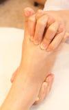 Masaje del pie de Reflexology, tratamiento del balneario Foto de archivo