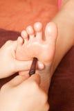 Masaje del pie de Reflexology, tratamiento del pie del balneario Foto de archivo