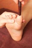 Masaje del pie de Reflexology, tratamiento del pie del balneario Foto de archivo libre de regalías