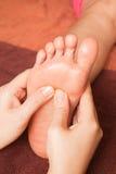 Masaje del pie de Reflexology, tratamiento del pie del balneario Fotos de archivo