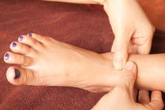 Masaje del pie de Reflexology, tratamiento del pie del balneario Imagen de archivo