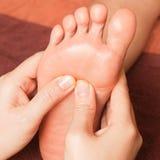 Masaje del pie del Reflexology fotografía de archivo libre de regalías