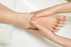 Masaje del pie del Reflexology Imágenes de archivo libres de regalías