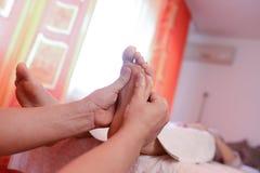 Masaje del pie en balneario Imagen de archivo