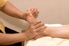 Masaje del pie en balneario Fotos de archivo