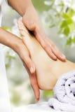 Masaje del pie en el salón del balneario Imagen de archivo libre de regalías