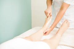 Masaje del pie en un balneario de la salud Imágenes de archivo libres de regalías