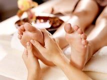 Masaje del pie humano en salón del balneario Imagen de archivo libre de regalías