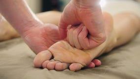 Masaje en el salón del balneario - terapia de relajación, cosmético y concepto del pie de la atención sanitaria imágenes de archivo libres de regalías