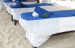 Masaje en la playa Fotos de archivo