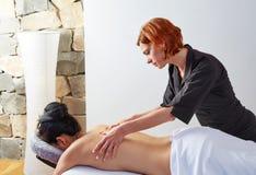 Masaje en parte posterior de la mujer con el fisioterapeuta Foto de archivo libre de regalías