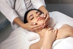 Masaje facial antienvejecedor fotos de archivo libres de regalías
