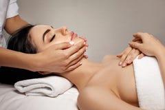 Masaje facial antienvejecedor fotografía de archivo