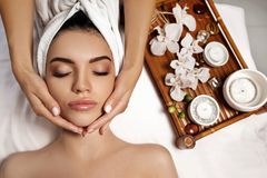 Masaje facial antienvejecedor imagen de archivo