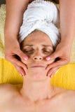 Masaje facial de la mujer mayor en el balneario Fotos de archivo
