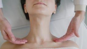 Masaje facial del balneario en sal?n del balneario de la belleza Tratamientos de la belleza Cuidado del cuerpo, cuidado de piel,  almacen de video
