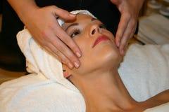 Masaje facial en el balneario Foto de archivo libre de regalías