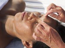 Masaje facial japonés imagen de archivo libre de regalías