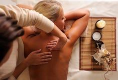 Masaje femenino de la relajación que consigue en salón de belleza fotos de archivo