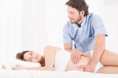 Masaje para la mujer embarazada Imágenes de archivo libres de regalías