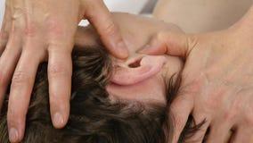 Masaje principal en el centro del balneario el cliente disfruta de los servicios de un terapeuta 4K del masaje metrajes