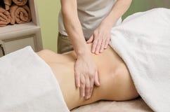 Masaje profesional relajante en el abdomen femenino en el salón Fotos de archivo libres de regalías