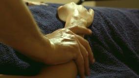 Masaje que hace masculino en las manos en salón del balneario metrajes